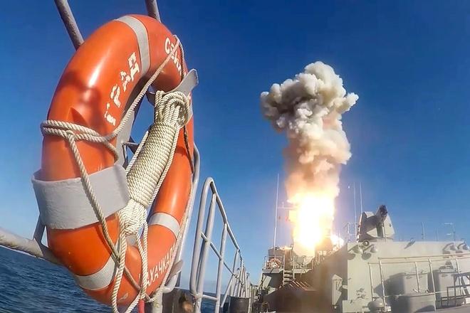 Tàu ngầm Nga phóng xịt tên lửa giữa lúc TT Putin thị sát tập trận