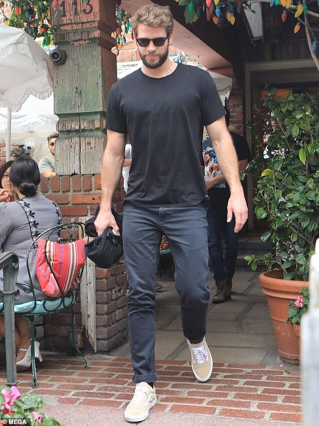 Liam Hemsworth và tình mới không thể hiện tình cảm khi đi ăn cùng nhau