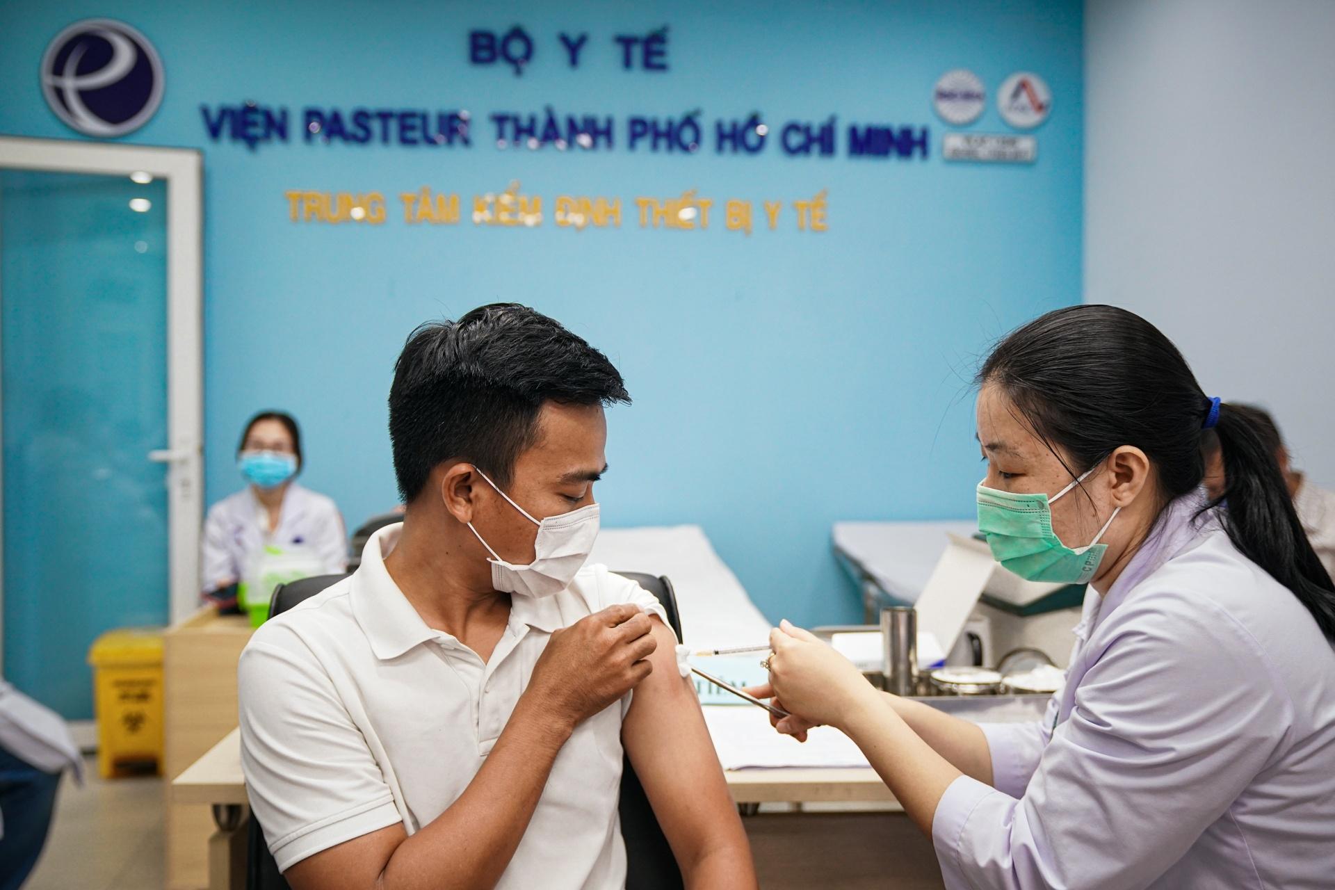 tiem vaccine cho nguoi dan TP.HCM anh 1