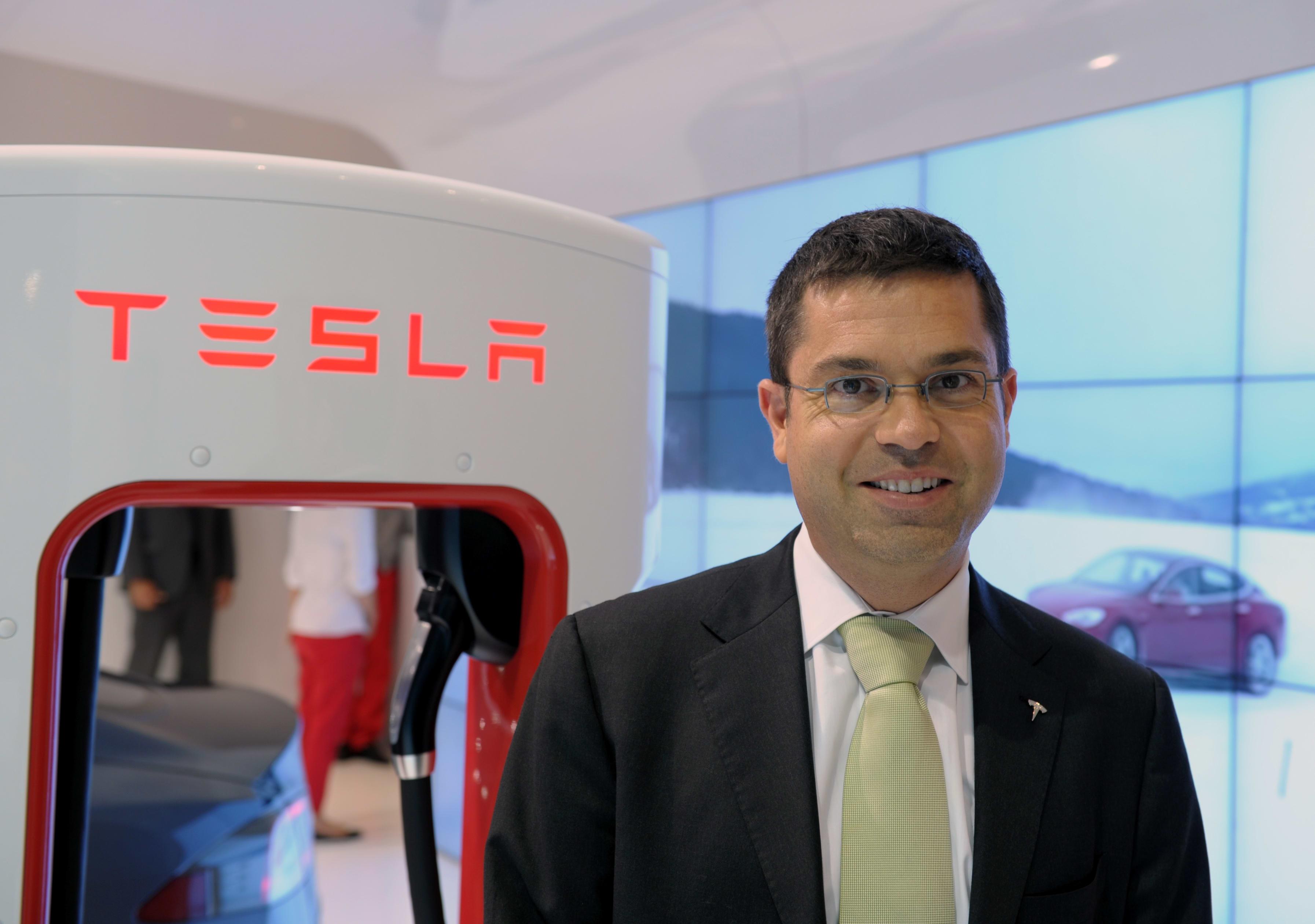Hang xe dien Tesla anh 2
