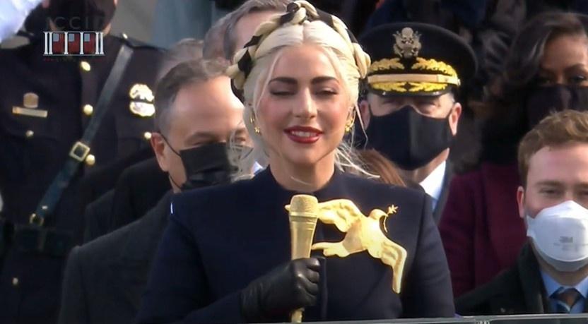 Lady Gaga hát quốc ca Mỹ