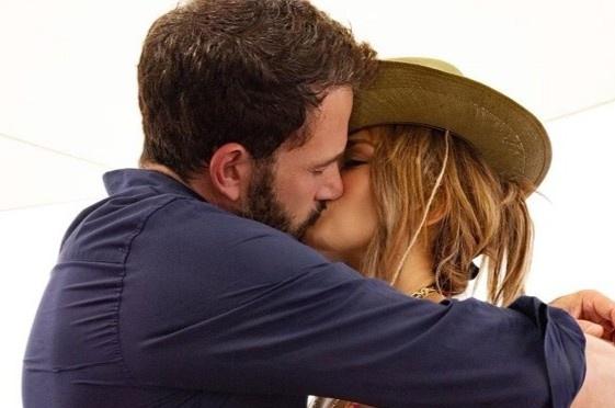Jennifer Lopez đón tuổi 52 bằng nụ hôn với Ben Affleck