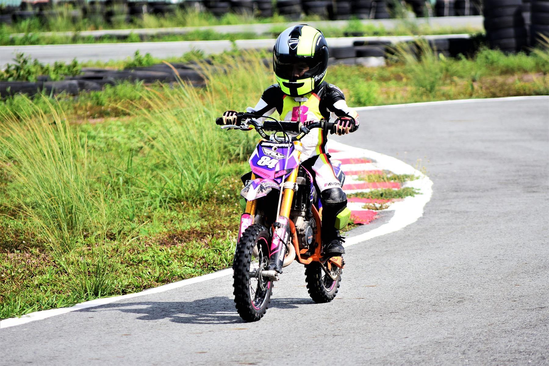Cau be 7 tuoi uoc mo tro thanh tay dua Moto GP dau tien tai VN hinh anh 15