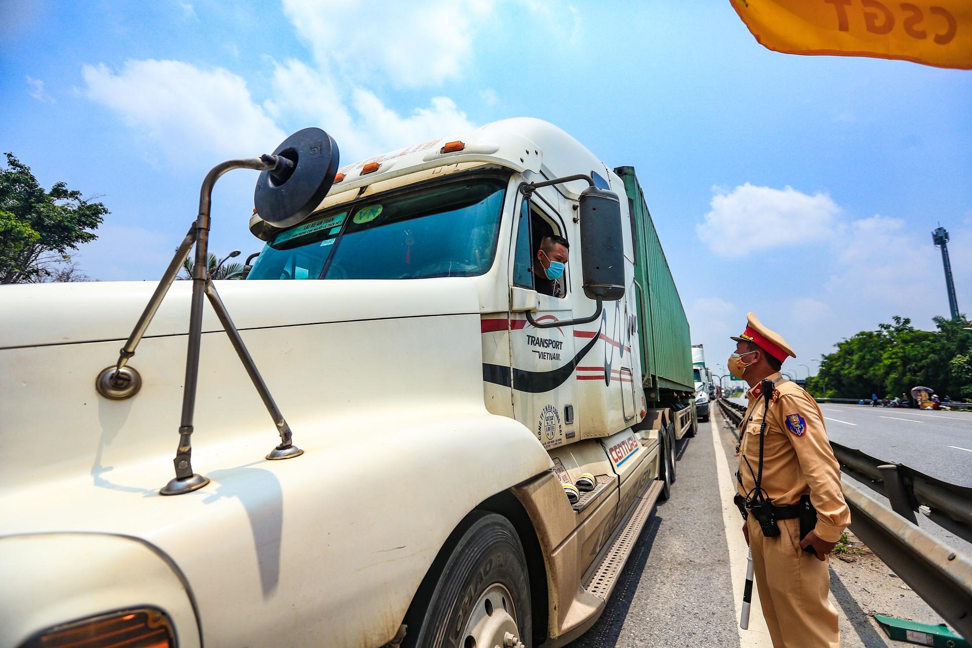 Mất 15 giờ tài xế mới qua được chốt kiểm dịch ở Hà Nội