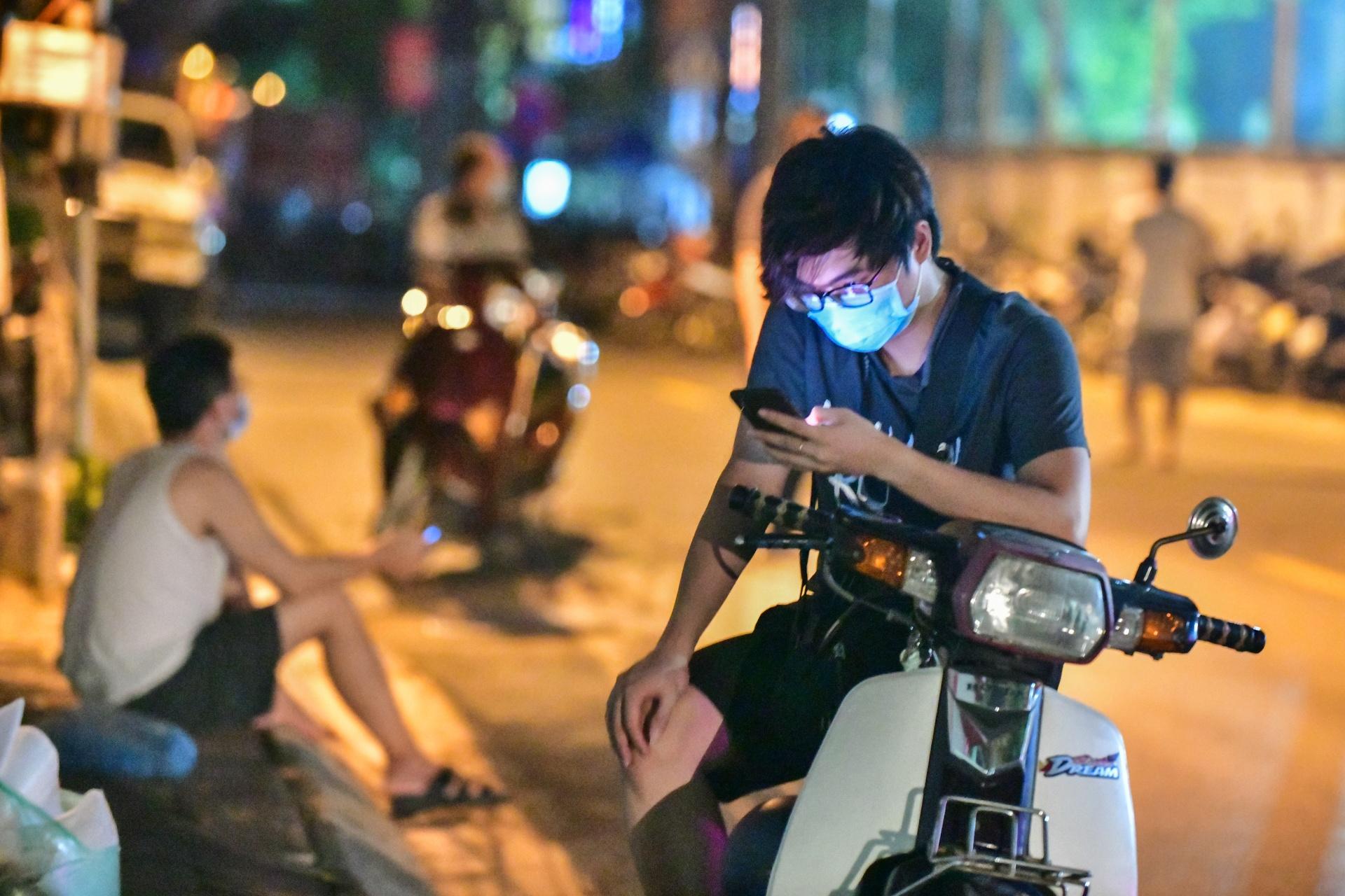 Xuyen dem tiem vaccine cho nguoi dan o phuong Trung Van anh 5