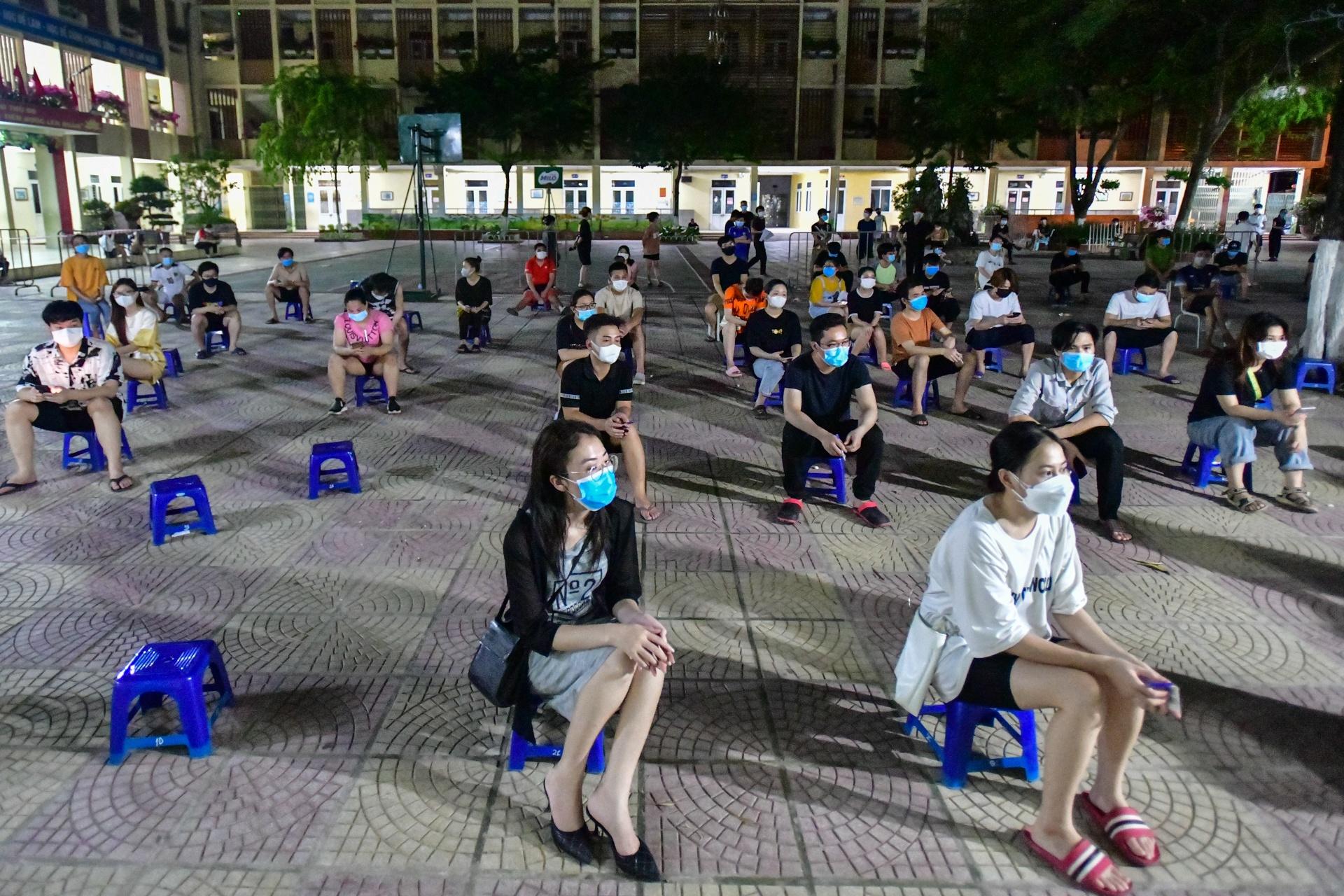 Xuyen dem tiem vaccine cho nguoi dan o phuong Trung Van anh 1