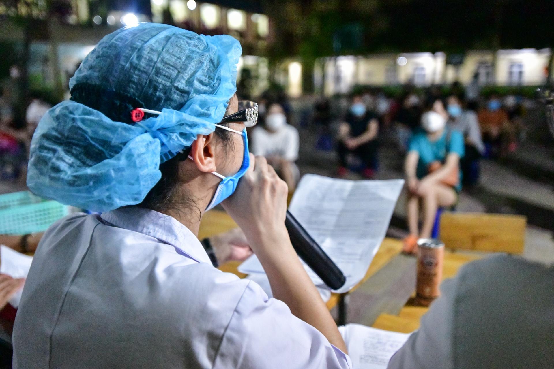 Xuyen dem tiem vaccine cho nguoi dan o phuong Trung Van anh 8
