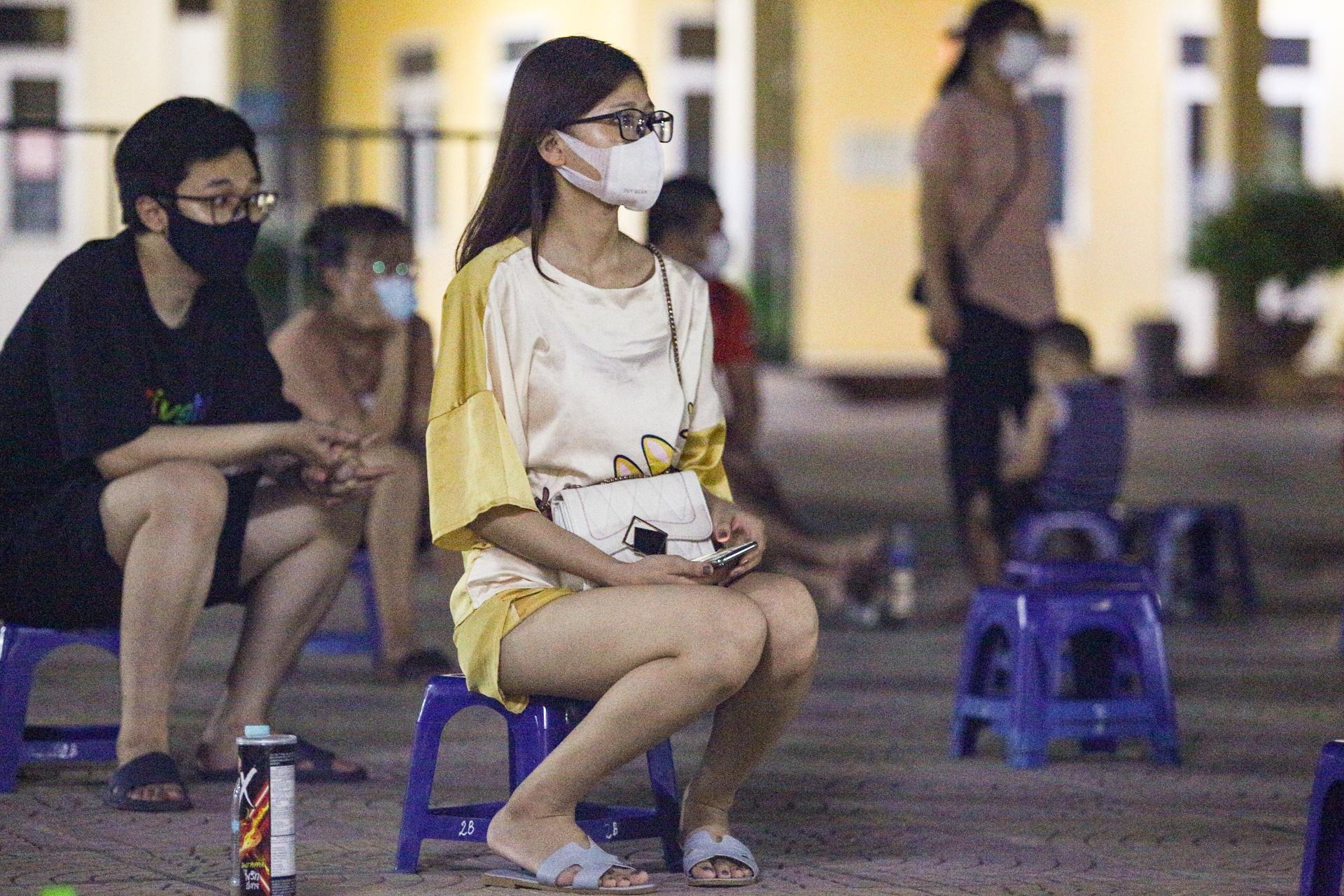 Xuyen dem tiem vaccine cho nguoi dan o phuong Trung Van anh 7