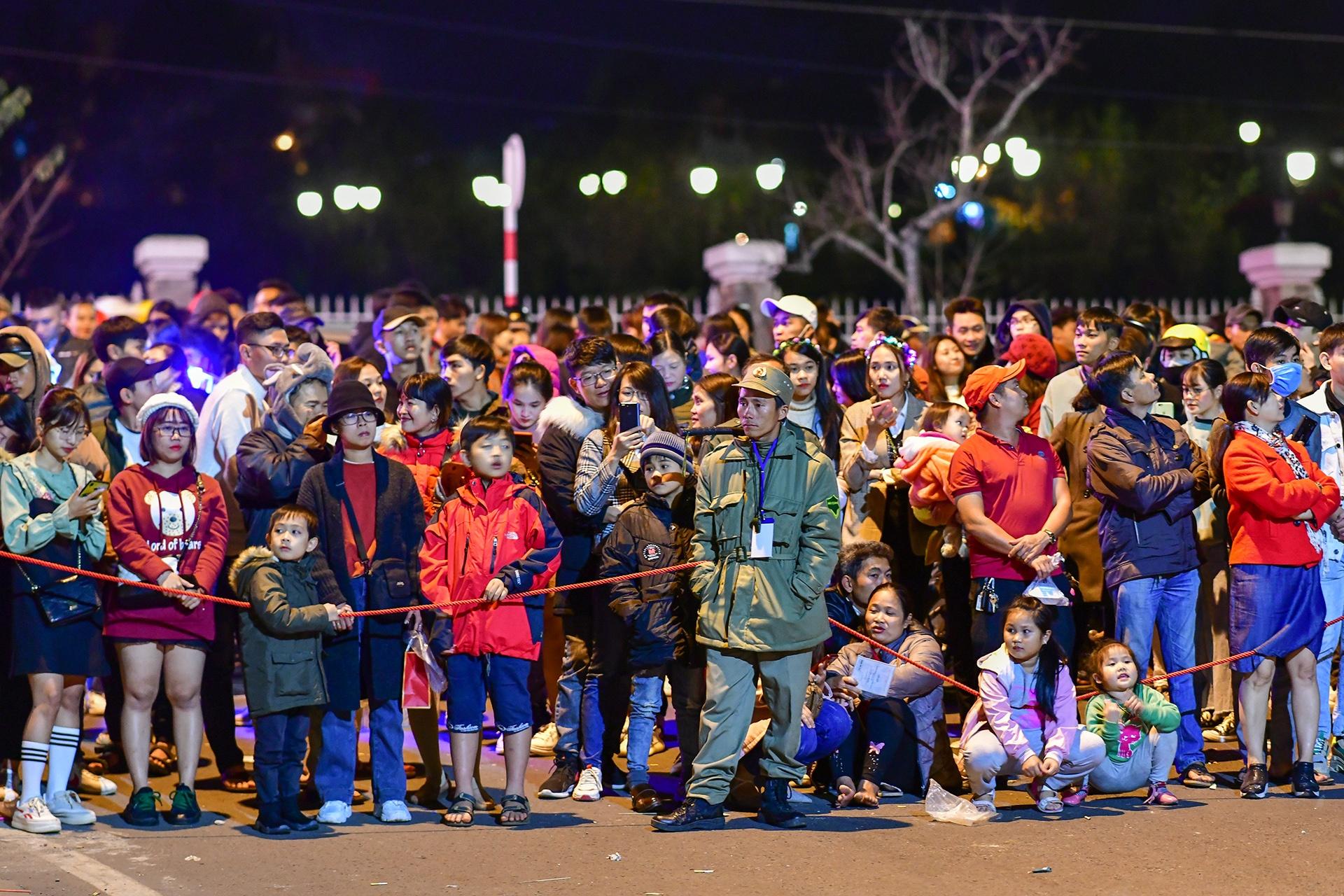 Da Lat ruc ro trong dem khai mac Festival hoa hinh anh 7 nguoi_dan_zing1.JPG