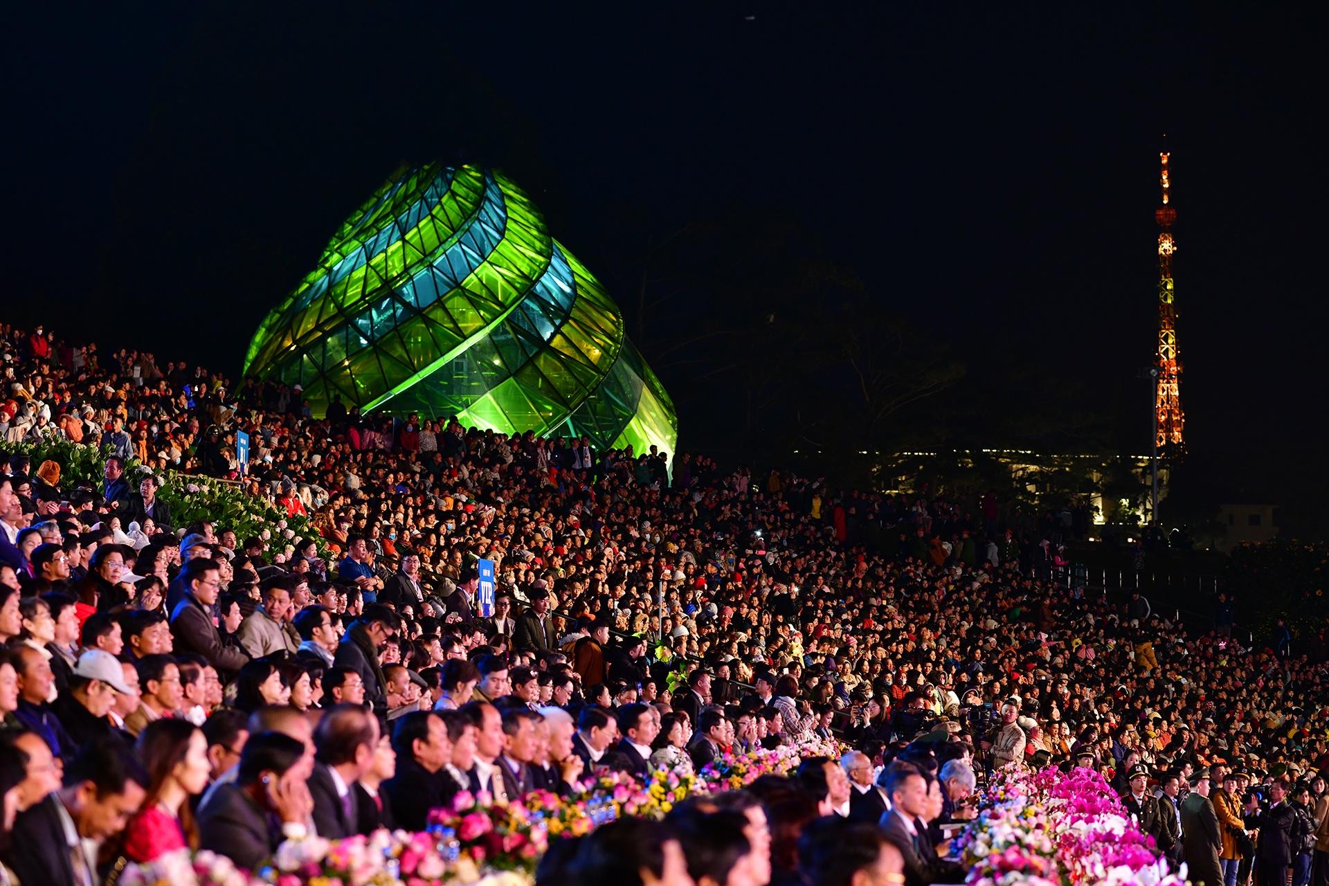 Da Lat ruc ro trong dem khai mac Festival hoa hinh anh 1 san_khau_zing7.JPG
