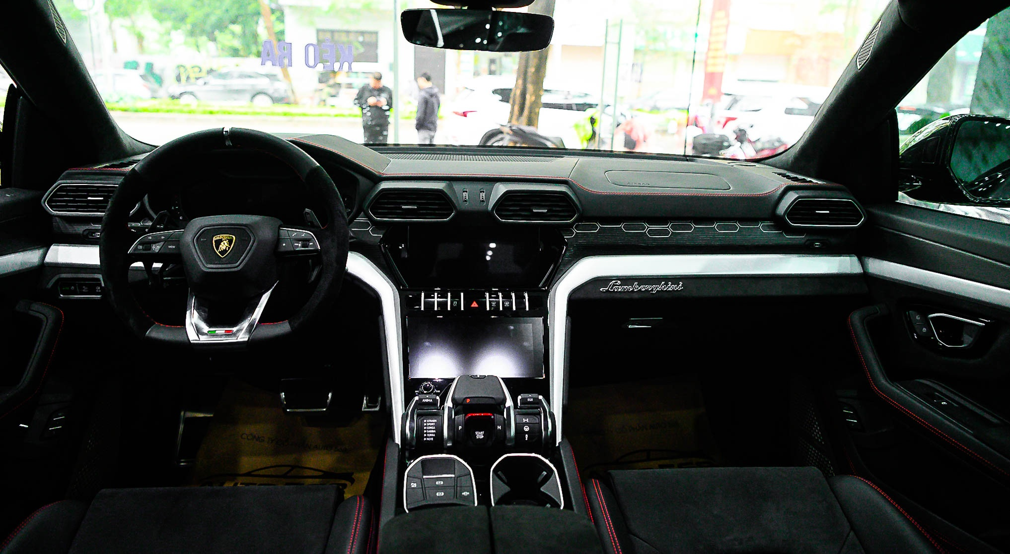 Ngam Lamborghini Urus mau den dau tien ve VN, gia khoang 1 trieu USD hinh anh 19 Urus_zing_11_.jpg