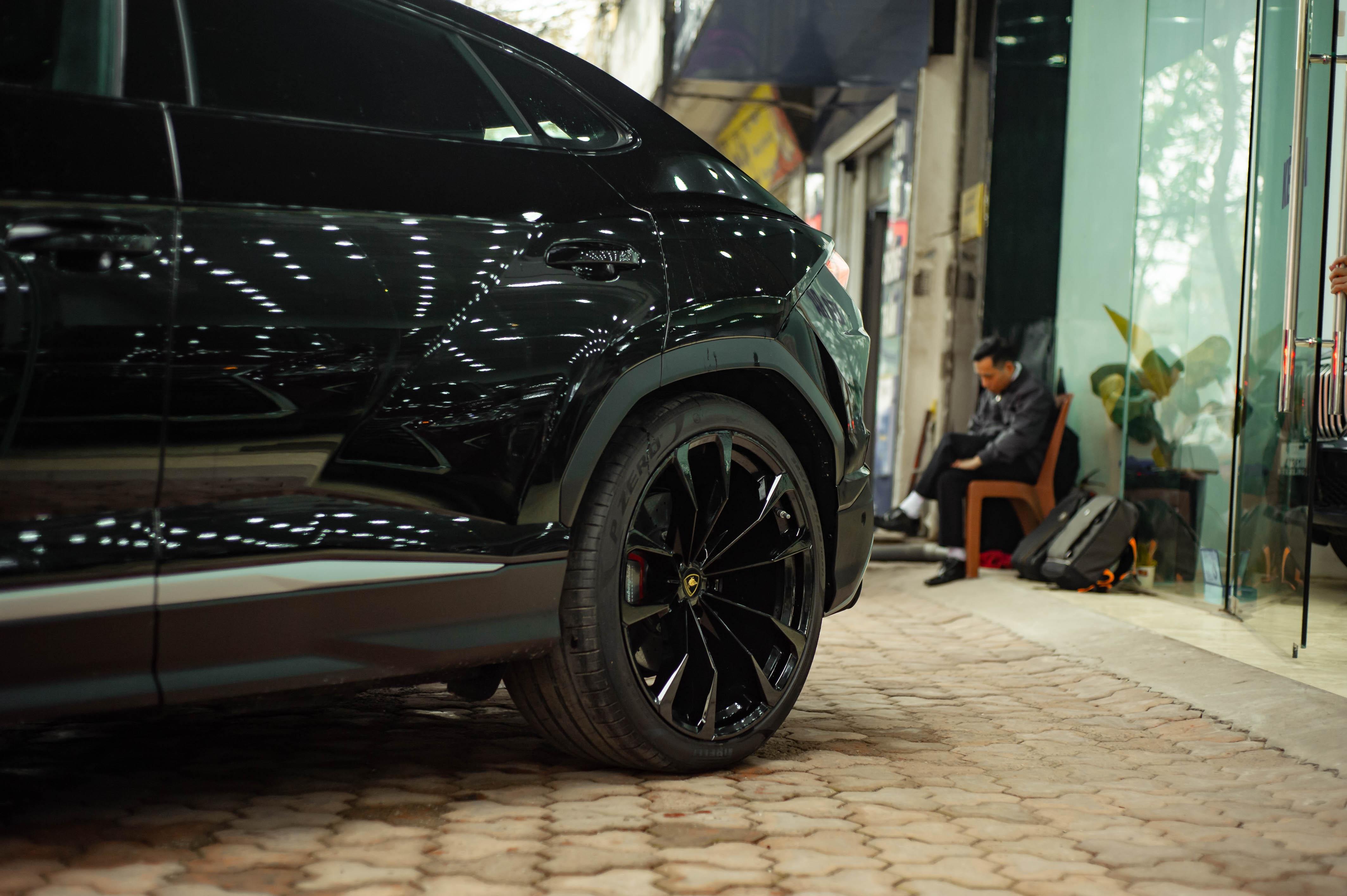 Ngam Lamborghini Urus mau den dau tien ve VN, gia khoang 1 trieu USD hinh anh 13 Urus_zing_29_.jpg