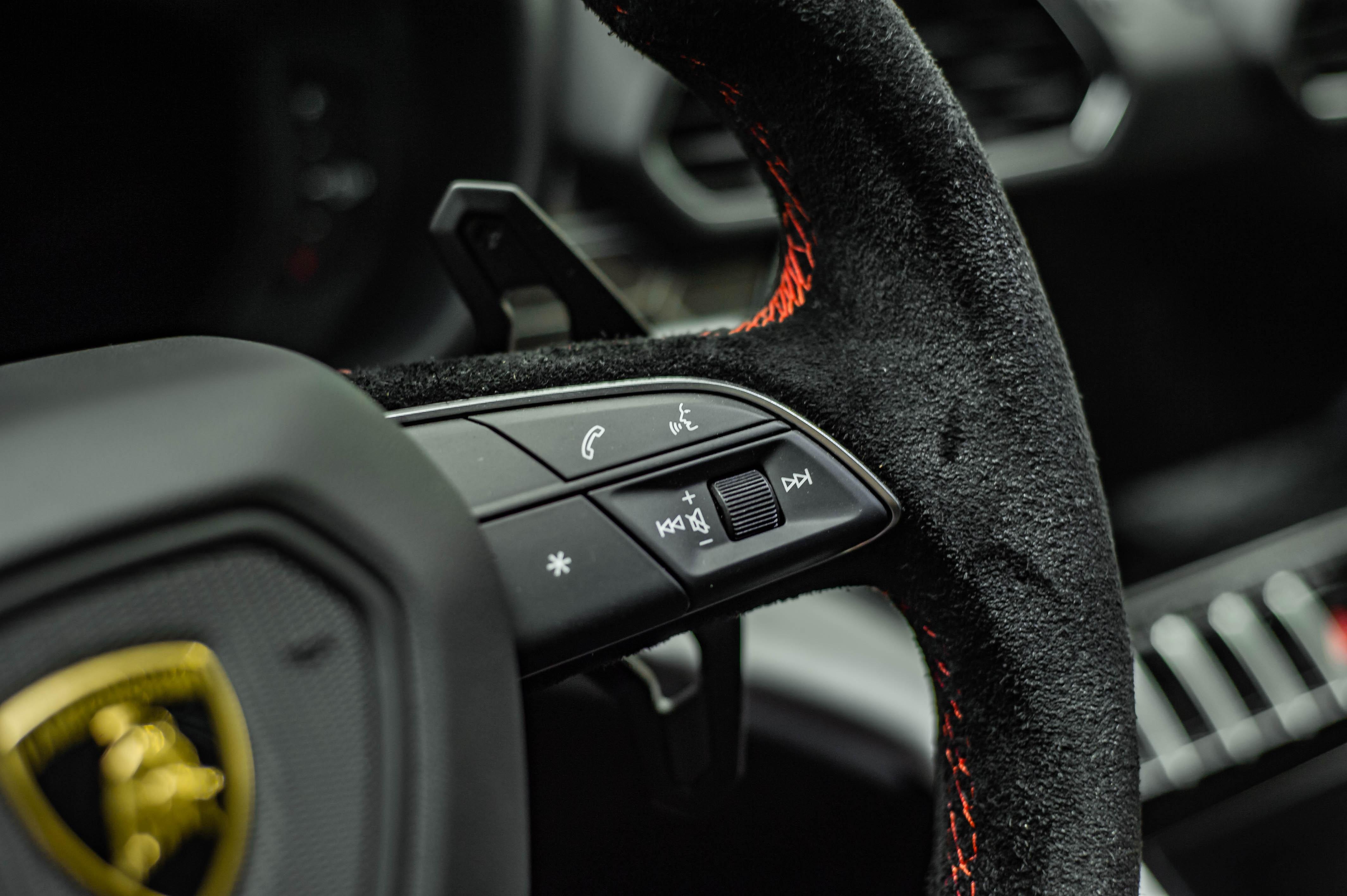 Ngam Lamborghini Urus mau den dau tien ve VN, gia khoang 1 trieu USD hinh anh 34 Urus_zing_33_.jpg