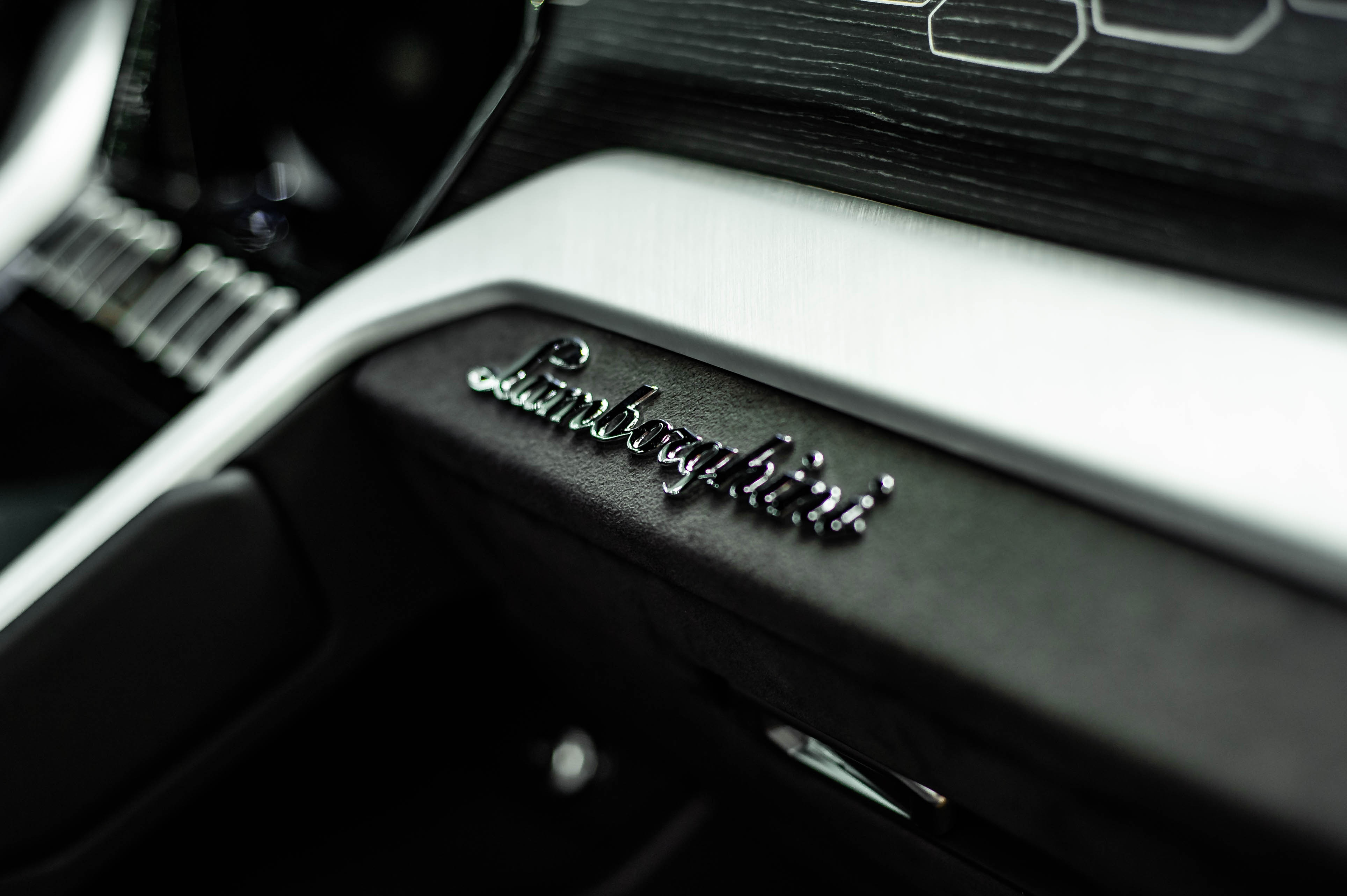 Ngam Lamborghini Urus mau den dau tien ve VN, gia khoang 1 trieu USD hinh anh 30 Urus_zing_37_.jpg