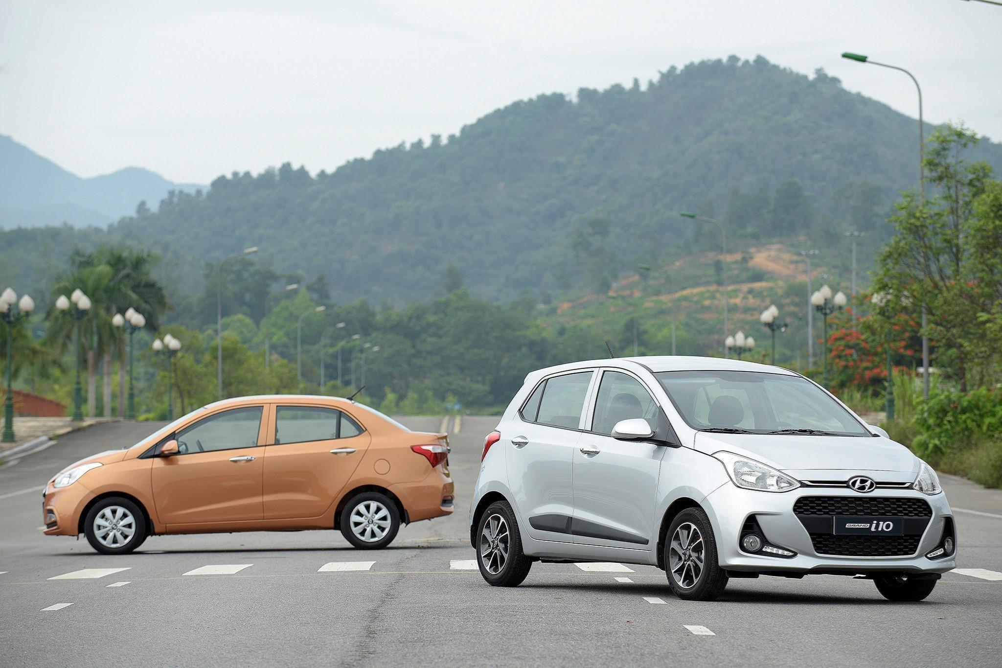 4. Hyundai Grand i10: 1.759 xeVới 1.759 xe được bán ra trong tháng 10, Hyundai Grand i10 xếp ở vị trí thứ 4 trong số 10 xe bán chạy nhất. So với tháng trước, doanh số của mẫu xe này tăng 446 xe. Sau cú trượt chân và đánh mất vị trí dẫn đầu phân khúc vào tay VinFast Fadil hồi tháng 9, mẫu xe của Hyundai vẫn chưa tìm lại được phong độ quen thuộc.Động cơ: 1.0L - 1.2LHộp số: Sàn 5 cấp hoặc tự động 4 cấpGiá bán: 315-415 triệu đồng
