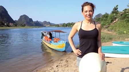 Ginger Zee chụp ảnh cạnh sông Son, Quảng Bình. Ảnh: Tuổi Trẻ.