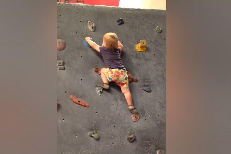 Bé gái 19 tháng tuổi leo núi nhân tạo ở Mỹ