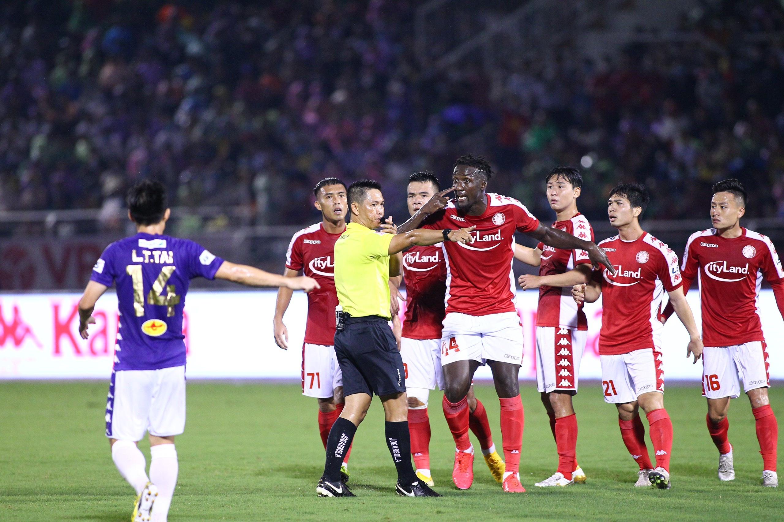 Trận đấu giữa CLB TP.HCM và CLB Hà Nội để lại những tranh cãi không có hồi kết về công tác trọng tài. Ảnh: Quang Thịnh.