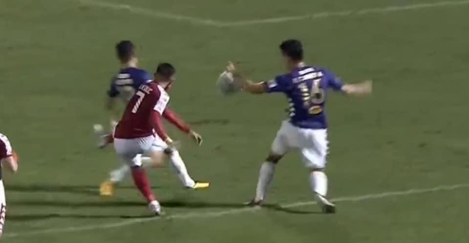 Tình huống Thành Chung để bóng chạm tay trong vùng cấm giữa hiệp 2 để lại những tranh cãi không hồi kết.