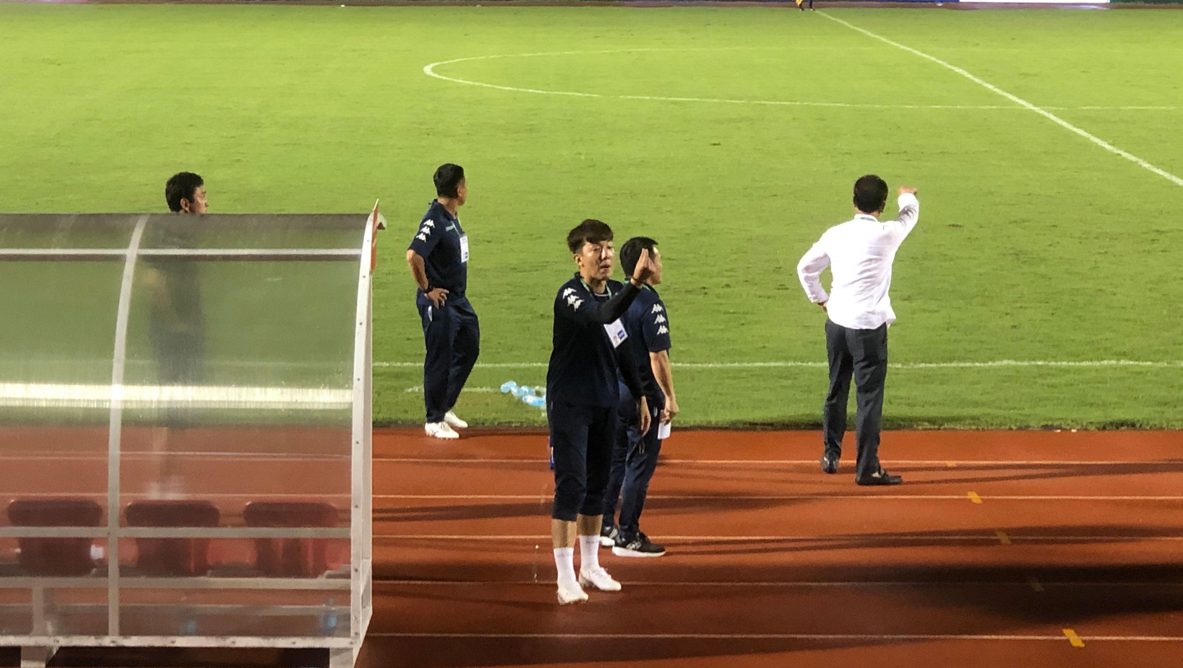 Yang Jae-mo có phản ứng kỳ lạ trên sân Thống Nhất.