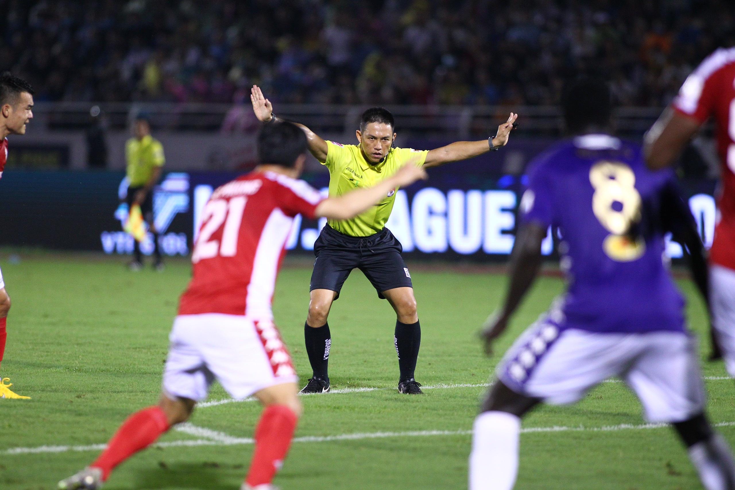Trưởng ban trọng tài Dương Văn Hiền nhận định ông Trần Văn Trọng có trận đấu tốt. Ảnh: Quang Thịnh.