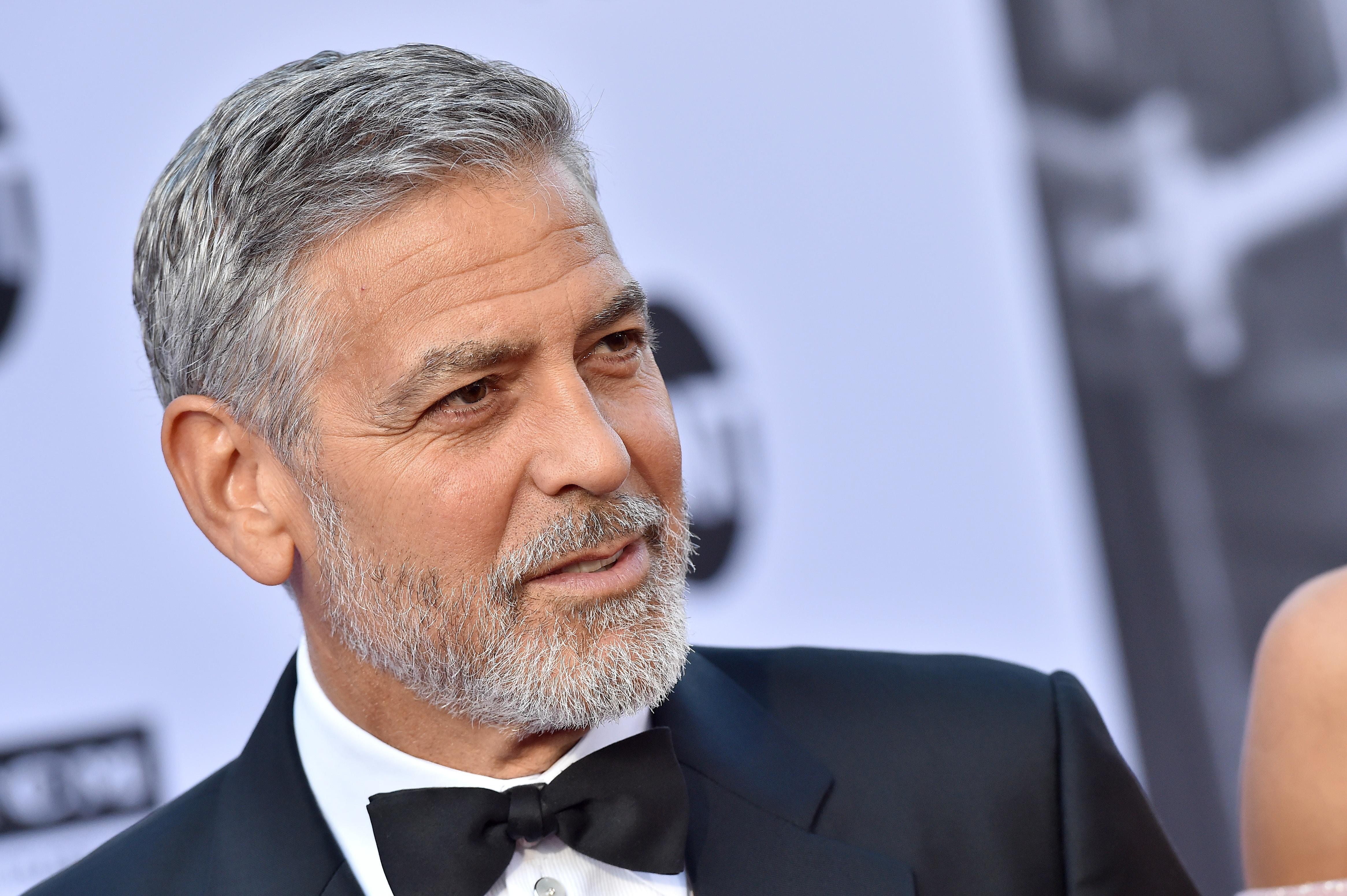 Người Dơi' George Clooney may áo cho con, sửa váy cho vợ