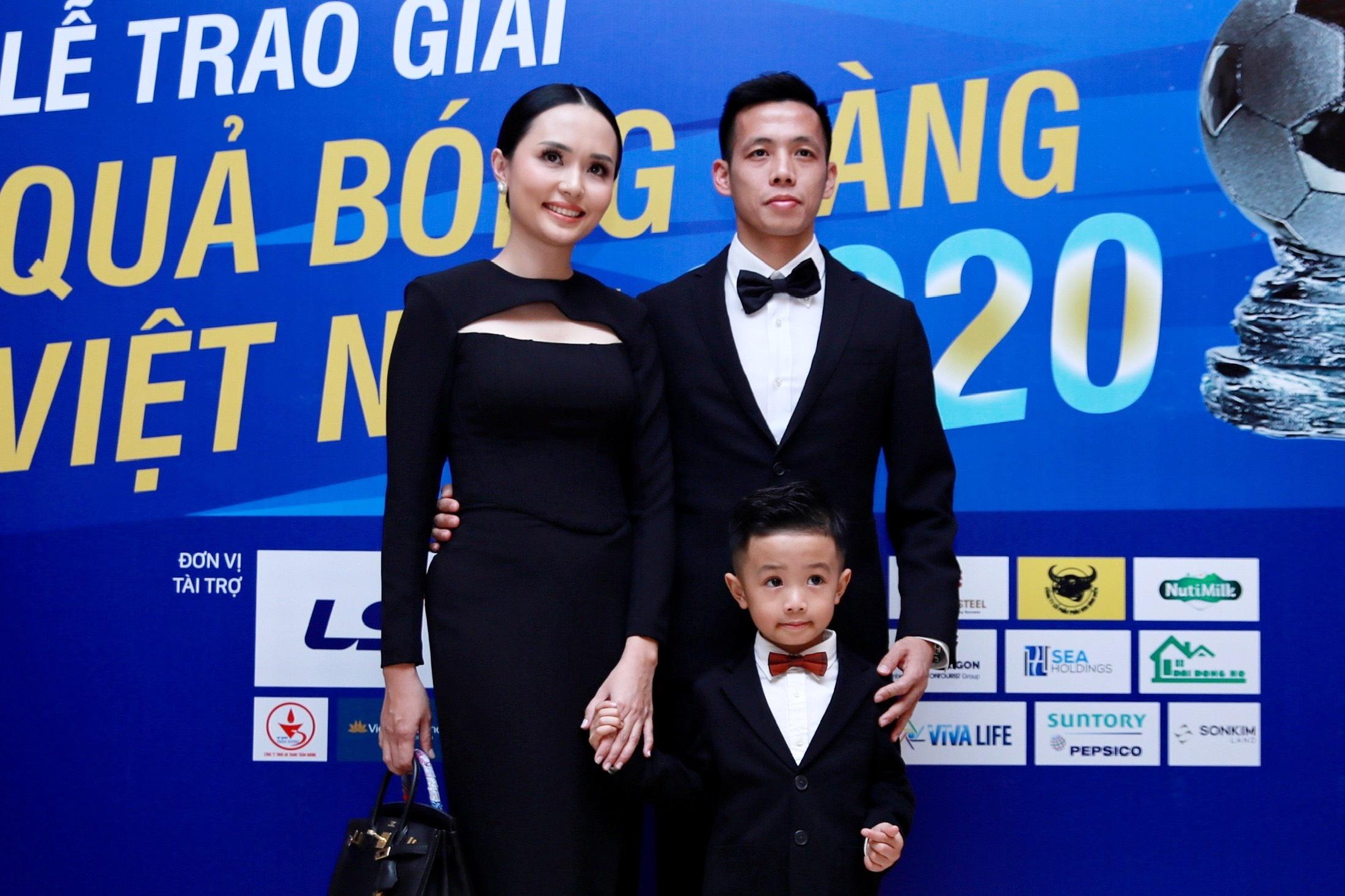 Van Quyet rang ro cung vo con du gala Qua bong Vang 2020 hinh anh