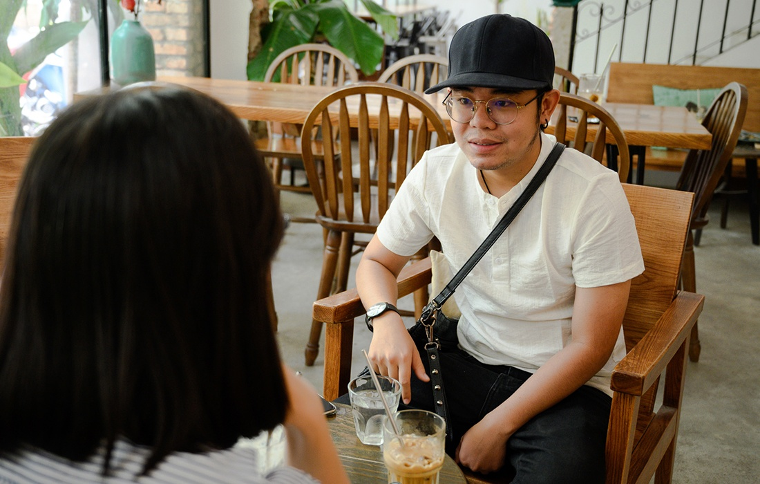 than dong am nhac be Chau lam nhan vien quan bar anh 1
