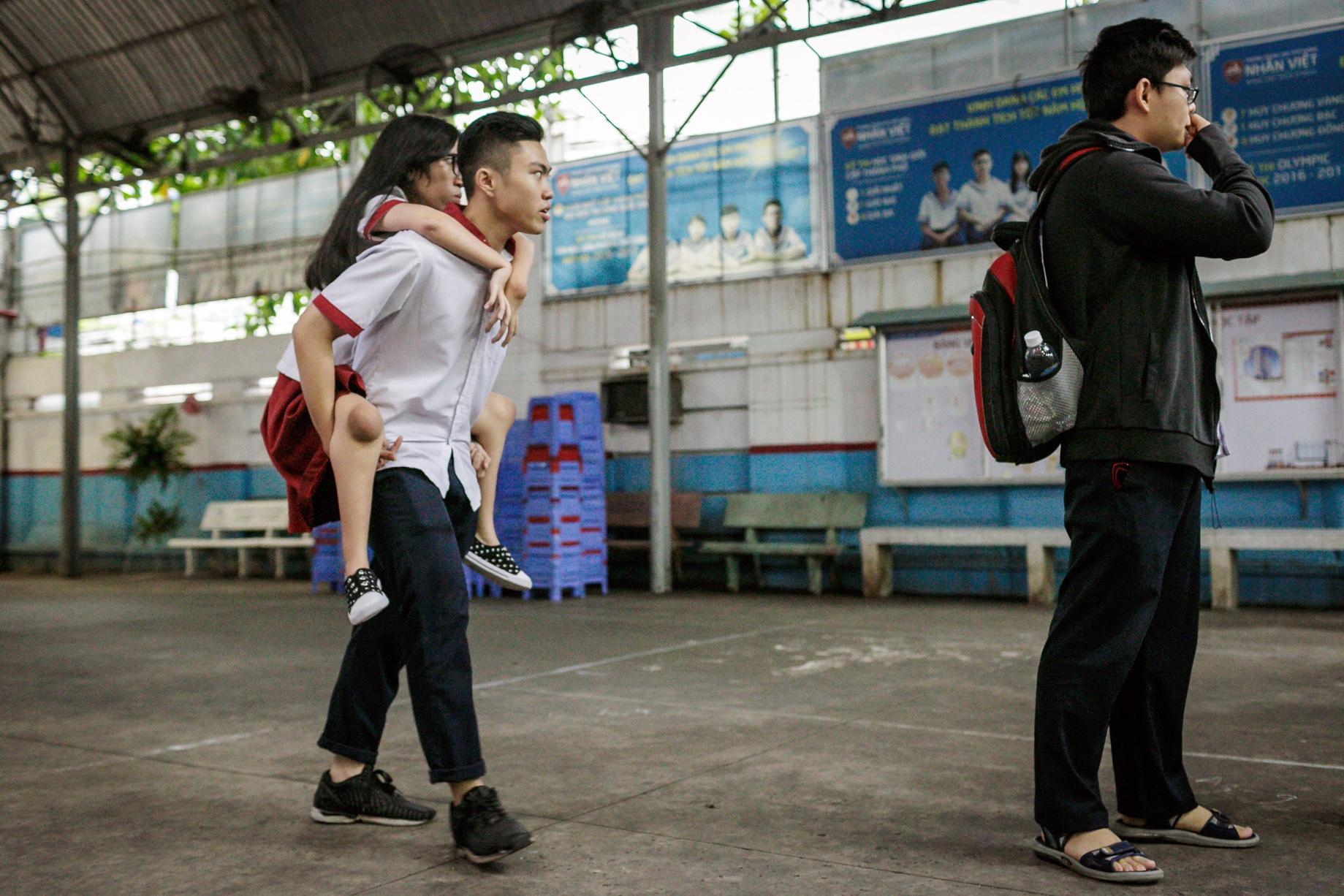 Quay cuong chinh phuc giang duong dai hoc hinh anh 2