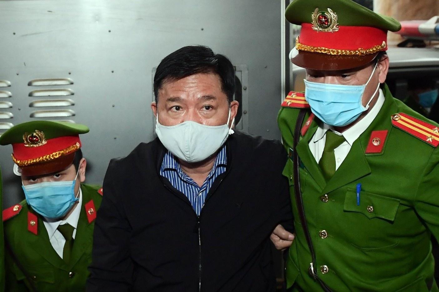 Cảnh sát dẫn giải ông Đinh La Thăng đến tòa