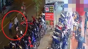 Nam bảo vệ kịp kéo lại xe máy lại khi bị trộm dắt đi ở TP.HCM