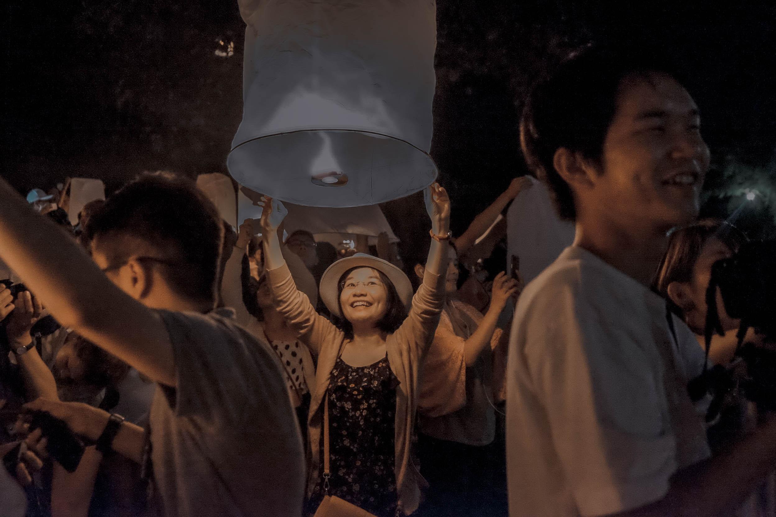Den Thai Lan, nhat dinh phai mot lan xem le hoi den troi Yee Peng hinh anh 46