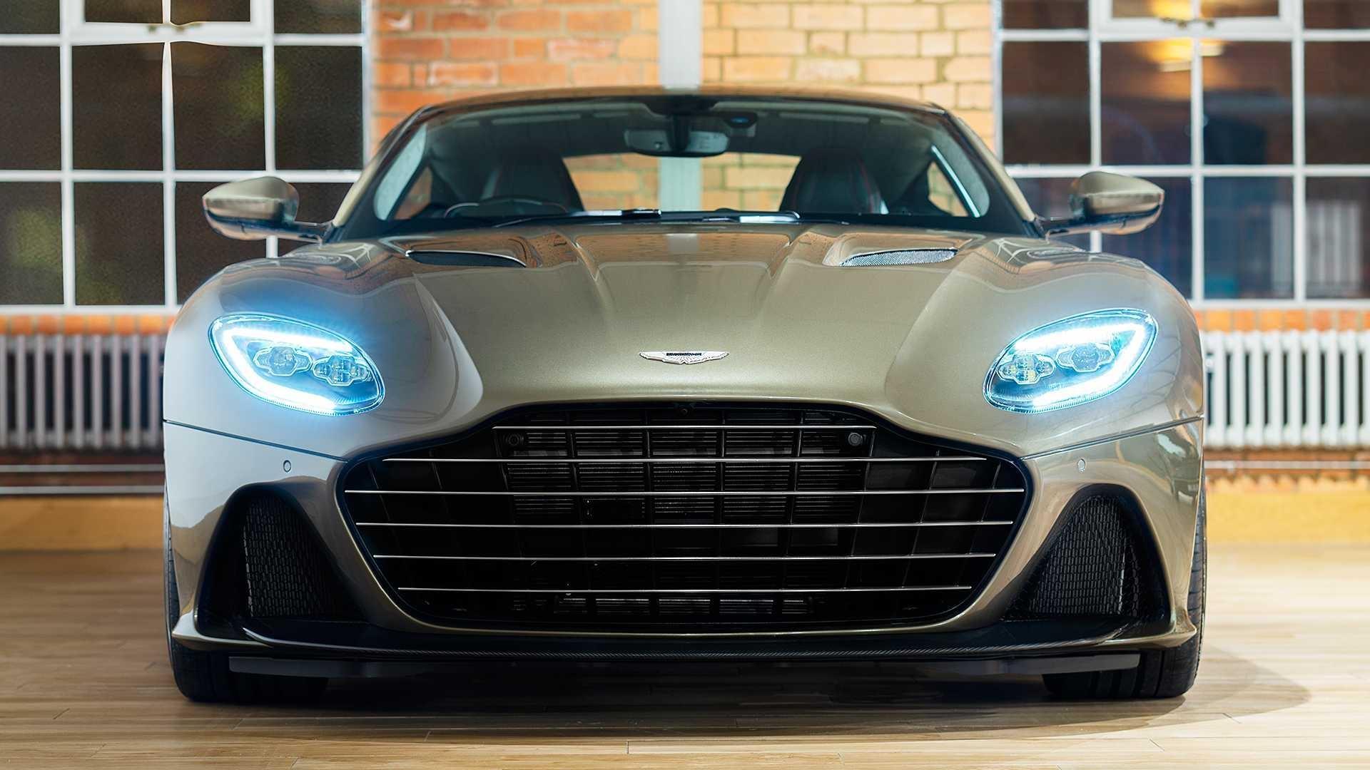 Đặc điểm dễ nhận thấy ở DBS Superleggera James Bond Special Edition là lớp sơn xanh ô liu như một sự hồi tưởng về mẫu coupe trong bộ phim ra rạp vào thập niên 60. Lưới tản nhiệt dạng thanh ngang cũng được lấy cảm hứng từ những chiếc Aston Martin cổ điển.