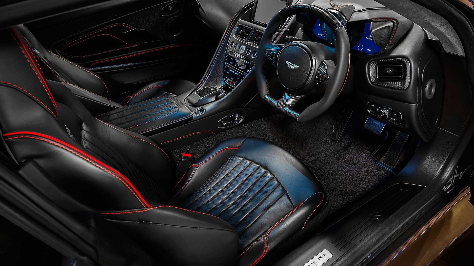 Bên trong, cabin của xe được bọc da màu đen và Alcantara màu xám, xen lẫn là các chi tiết màu đỏ tương phản. Đây cũng là phong cách phối màu nội thất trên chiếc Aston Martin DBS trong bộ phim năm 1969.