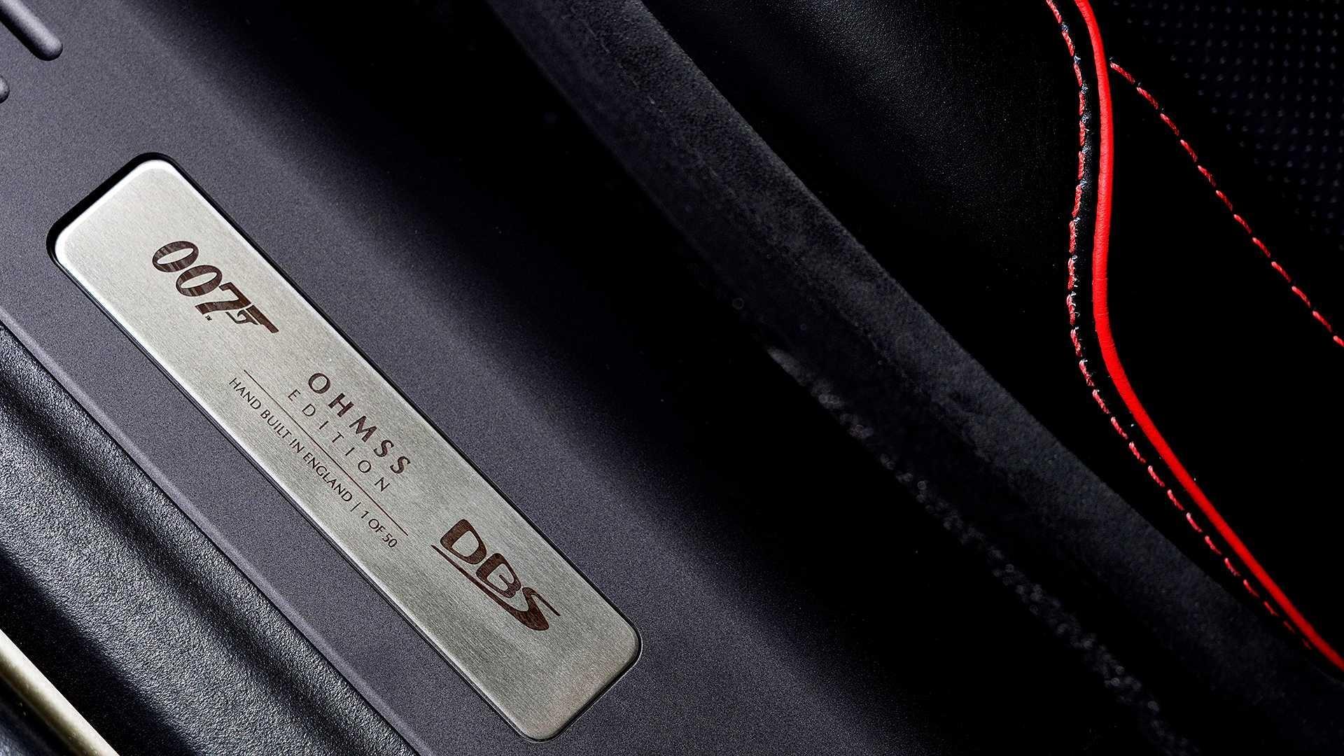 Tương tự chiếc DBS 1969, phía trong hộp đựng đồ bên ghế phụ cũng được bọc một lớp nỉ màu đỏ, tuy nhiên điểm khác biệt là khu vực này không chứa khẩu súng trường như trong phim. Ngoài ra, ở cốp xe còn có thêm một hộp đựng đồ uống đặc biệt, đủ chứa 2 chai champagne.