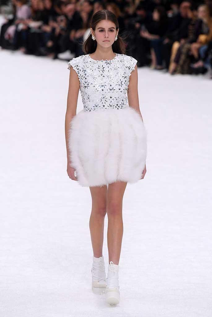 Sau khi Lagerfeld qua doi, Chanel tro ve voi nhung gi co ban nhat hinh anh 6