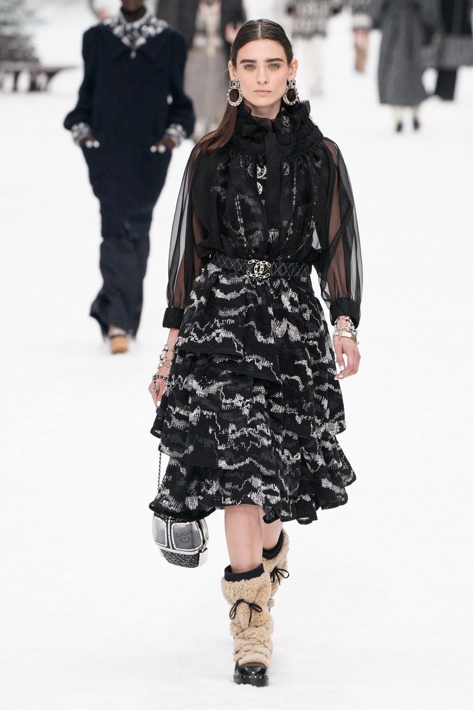 Sau khi Lagerfeld qua doi, Chanel tro ve voi nhung gi co ban nhat hinh anh 7