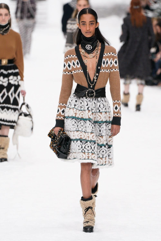 Sau khi Lagerfeld qua doi, Chanel tro ve voi nhung gi co ban nhat hinh anh 10