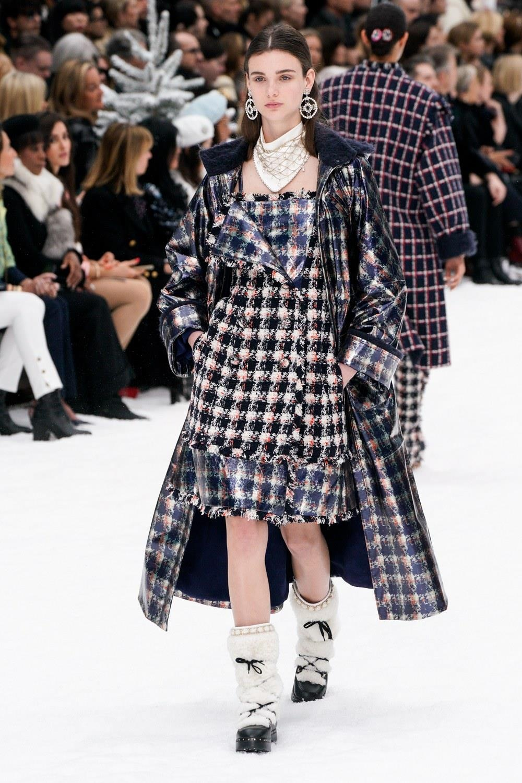 Sau khi Lagerfeld qua doi, Chanel tro ve voi nhung gi co ban nhat hinh anh 12