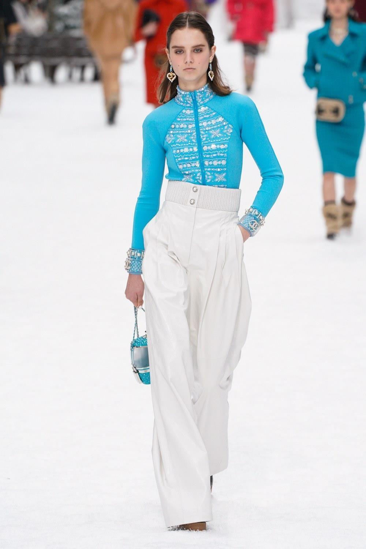 Sau khi Lagerfeld qua doi, Chanel tro ve voi nhung gi co ban nhat hinh anh 34
