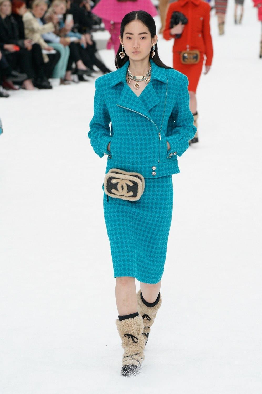 Sau khi Lagerfeld qua doi, Chanel tro ve voi nhung gi co ban nhat hinh anh 36