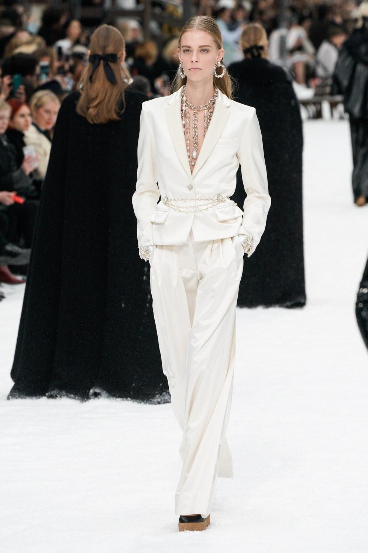 Sau khi Lagerfeld qua doi, Chanel tro ve voi nhung gi co ban nhat hinh anh 22