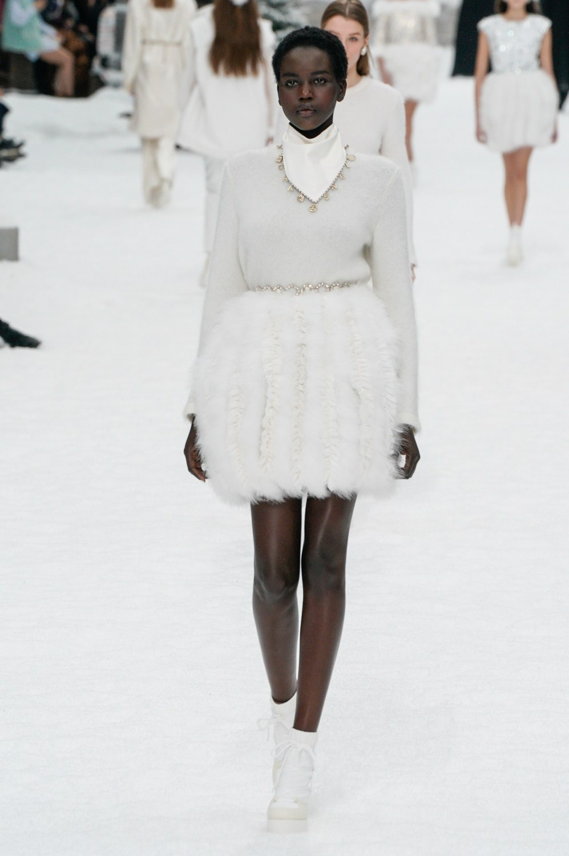 Sau khi Lagerfeld qua doi, Chanel tro ve voi nhung gi co ban nhat hinh anh 25