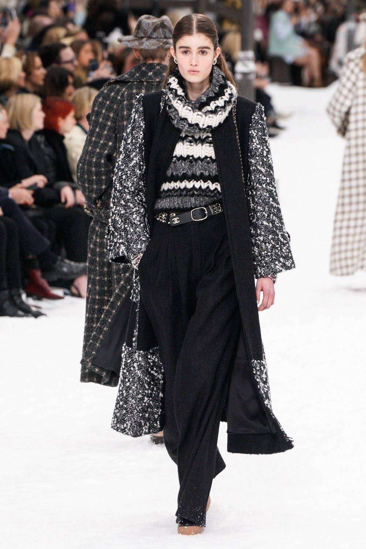 Sau khi Lagerfeld qua doi, Chanel tro ve voi nhung gi co ban nhat hinh anh 26
