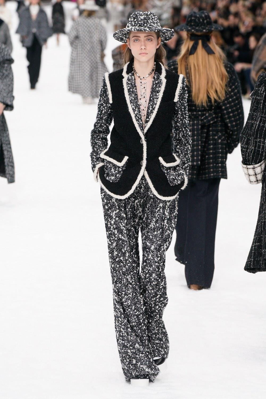Sau khi Lagerfeld qua doi, Chanel tro ve voi nhung gi co ban nhat hinh anh 27