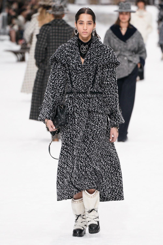 Sau khi Lagerfeld qua doi, Chanel tro ve voi nhung gi co ban nhat hinh anh 28