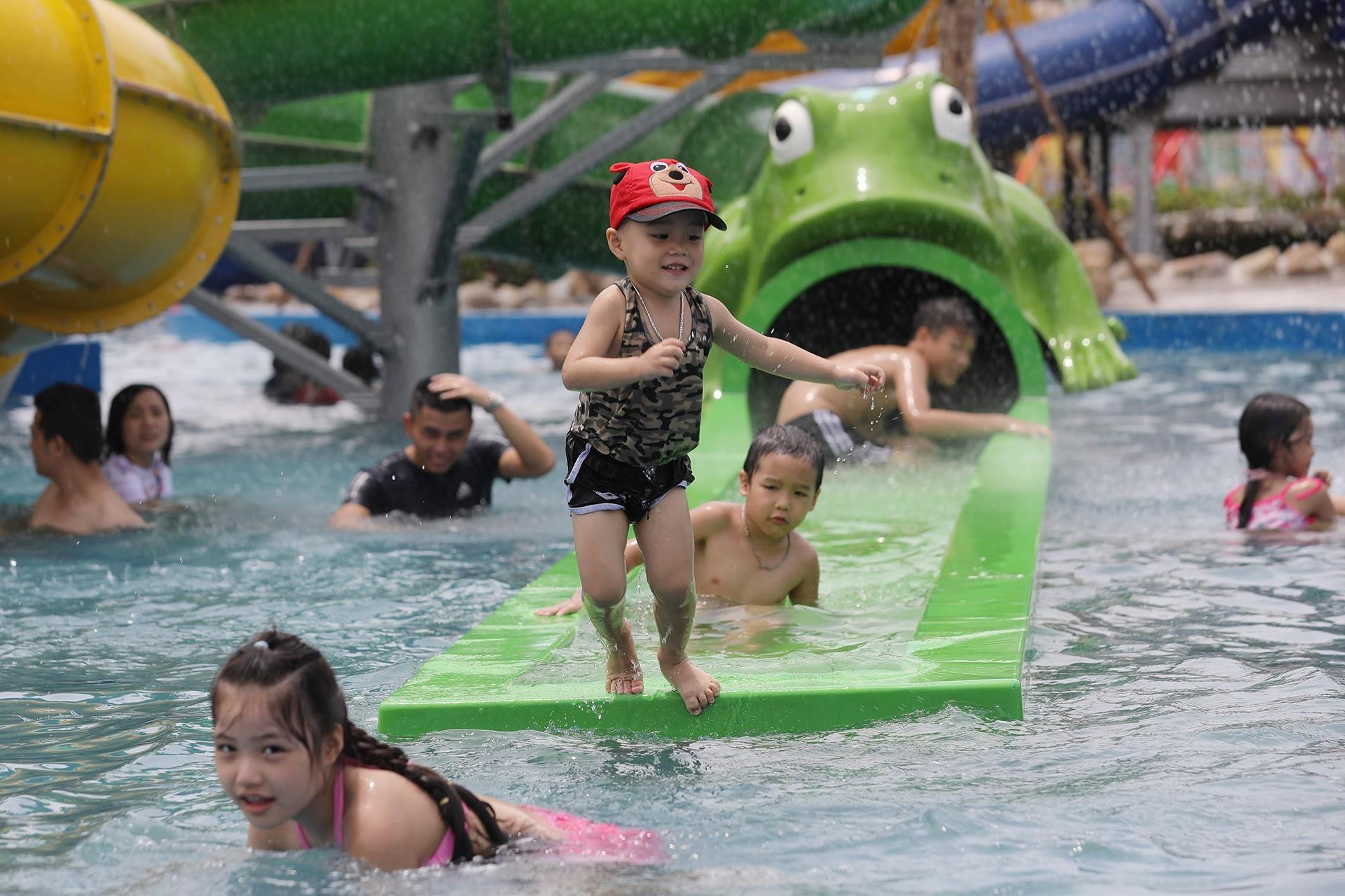 Trong dịp khai trương công viên, giá vé được giảm 50% với mọi du khách. Sau khi hết khuyến mại, giá vé người lớn trung bình 140.000-170.000 đồng/người, trẻ em từ 110.000-140.000 đồng/người tùy vào ngày và giờ cụ thể.