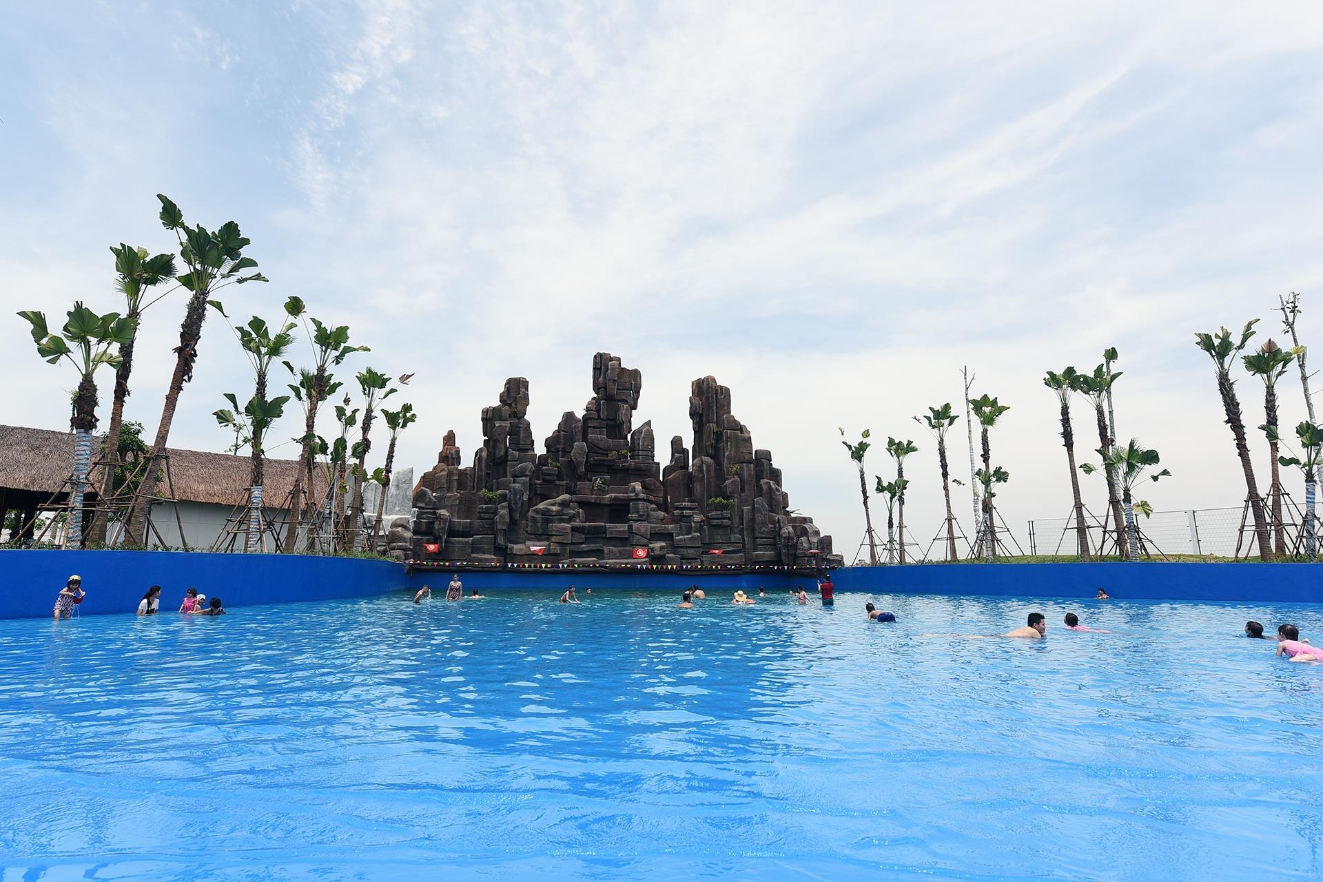 Xung quanh các bể bơi, hệ thống cây xanh mới trồng, chưa phát triển nên khá nắng nóng. Với nhiệt độ cao tại Hà Nội những ngày này, khách hàng gần như không có chỗ nghỉ tạm thời trong khi bơi.