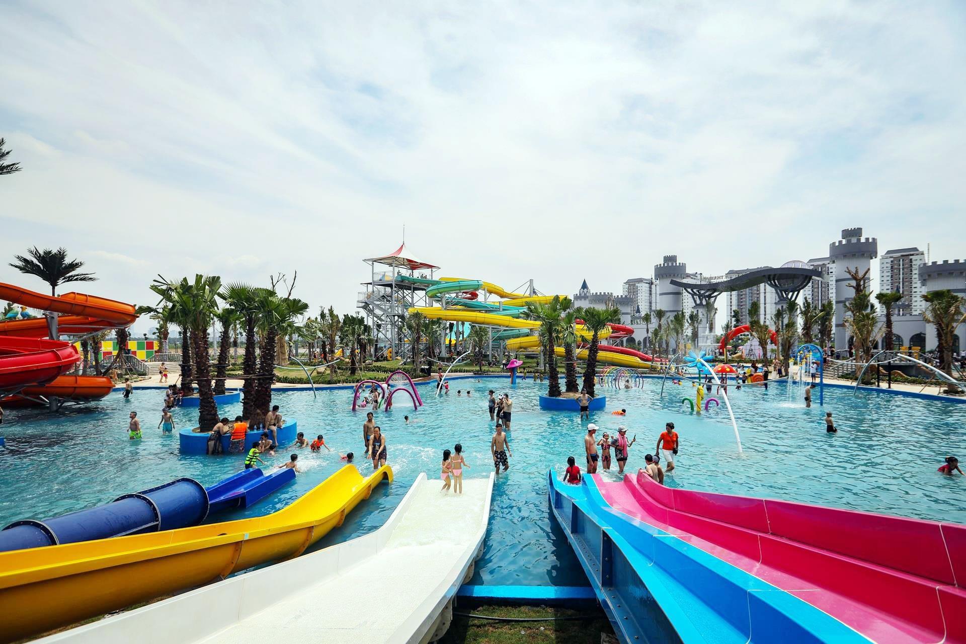 Chủ đầu tư cho biết công viên nước này nhắm đến lượng khách bình dân ở vùng ven Hà Nội. Tuy nhiên, nhiều khách hàng cho rằng mức giá vé còn khá caoso với thu nhập trung bình tại đây. Đây có thể là một phần nguyên nhân dẫn đến vắng khách trong ngày đầu khai trương công viên.