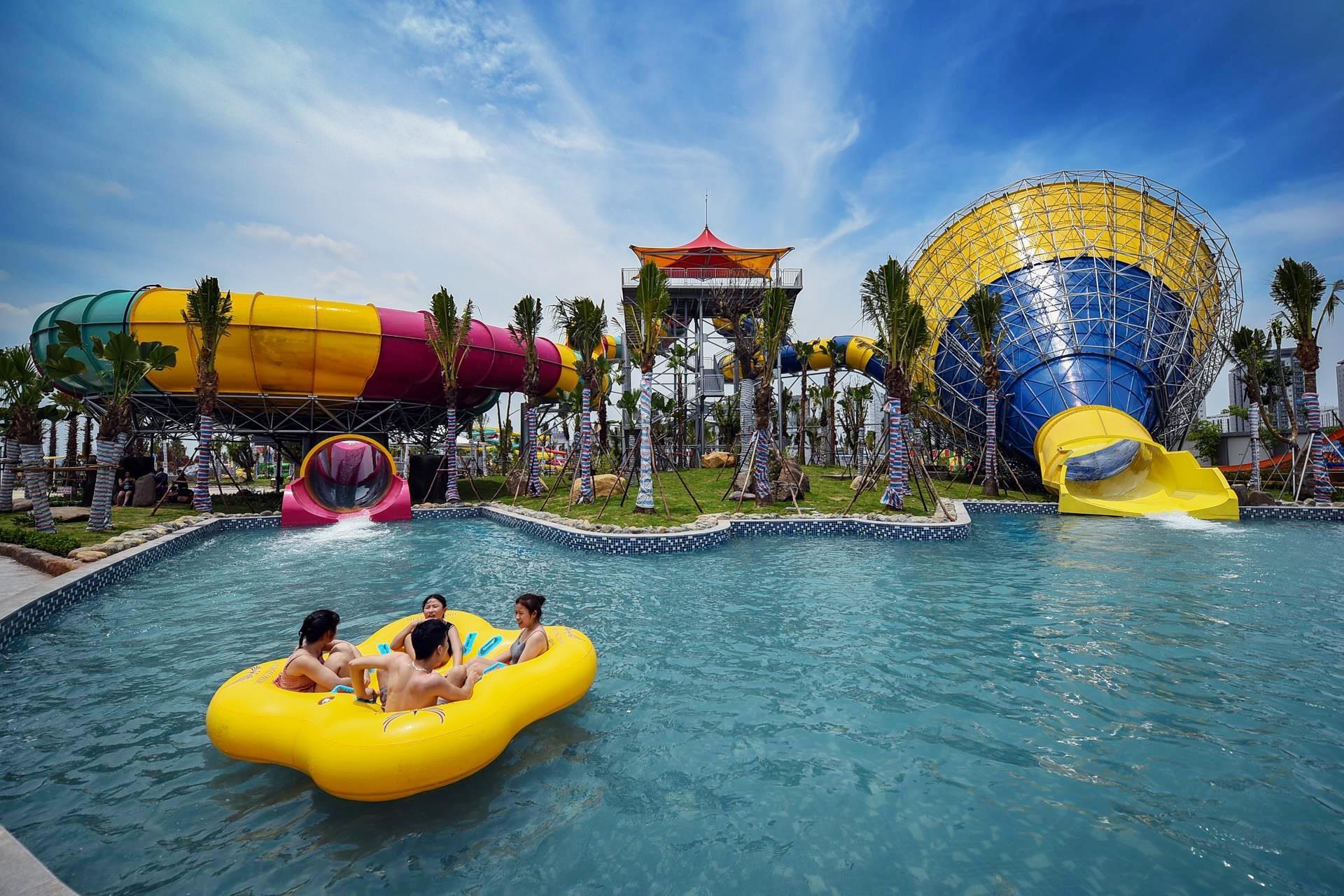 Trong buổi sáng ngày khai trương, lượng khách đổ về vui chơi khá thưa thớt, dù Hà Nội nắng nóng 39 độ C.